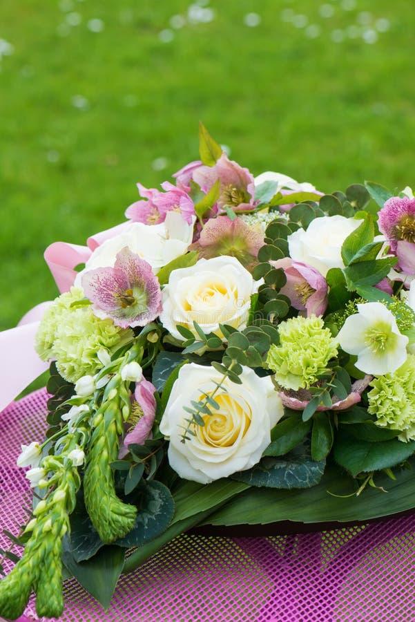 Arragement de fleur avec des fleurs de helleborus image stock