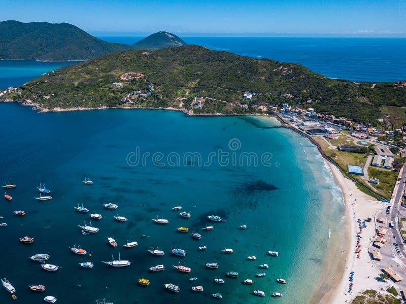 Arraial do Cabo Βραζιλία DOS Anjos Praia Εναέρια φωτογραφία κηφήνων άνωθεν Ωκεάνια και αλιευτικά σκάφη παραλιών καταπληκτικός μπλ στοκ εικόνα