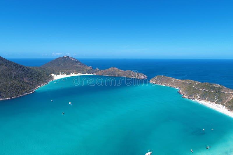 Arraial do Cabo, Brazilië: Weergeven van mooi strand met kristalwater royalty-vrije stock afbeeldingen