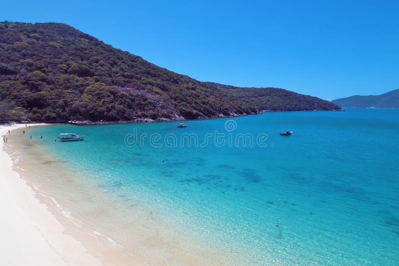 Arraial do Cabo, Brazilië: Weergeven van mooi strand met kristalwater royalty-vrije stock foto's