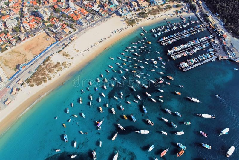 Arraial fa Cabo, Brasile: Vista aerea di un porto fantastico con acqua di cristallo fotografia stock libera da diritti