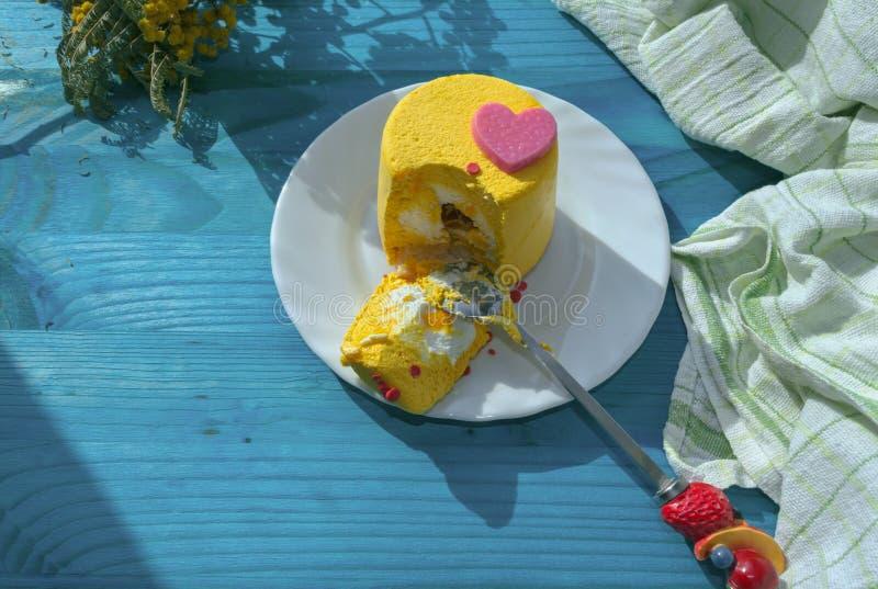 Arrancado con los dientes pedazo de torta amarilla del minin imagenes de archivo