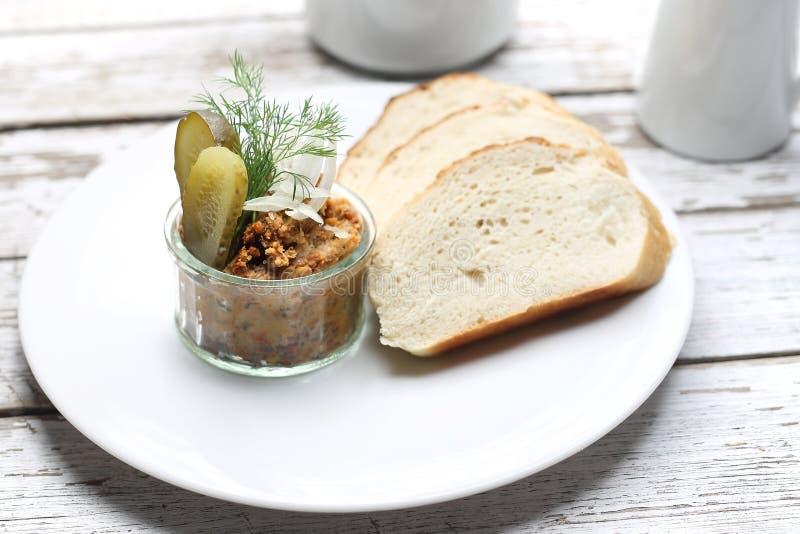 Arrancador, goma del pan con el pepino conservado en vinagre Goma del bocadillo imagen de archivo libre de regalías