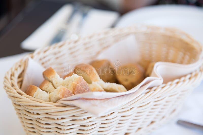 Arrancadores deliciosos en el restaurante griego, pan fresco fotos de archivo