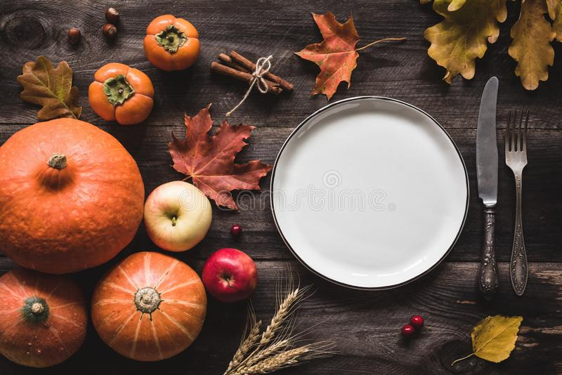 Arrangement automnal de table pour le dîner ou le Halloween de thanksgiving image libre de droits