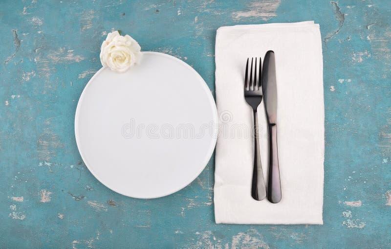 Arrangement blanc de rose et de table sur le fond superficiel par les agents photos stock