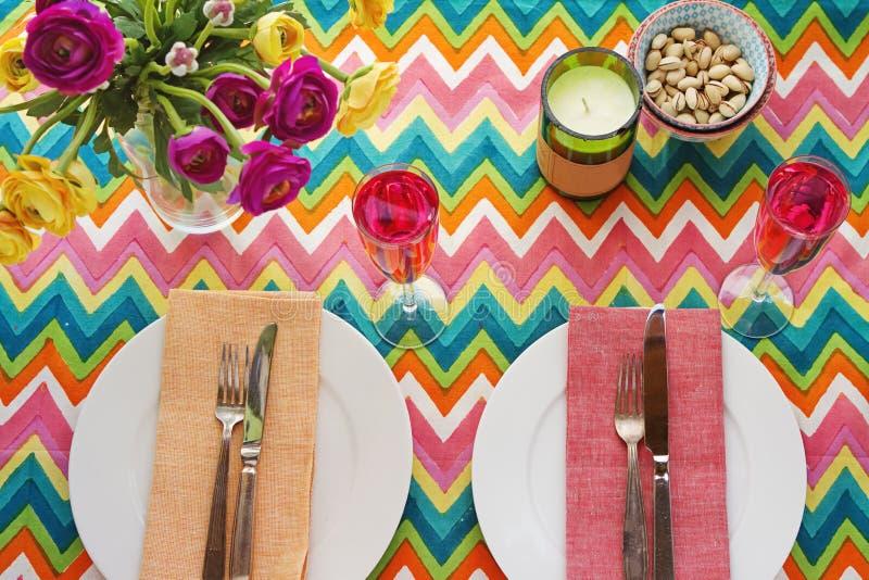 Arrangement coloré lumineux aérien de table avec le tablecoth de chevron images stock