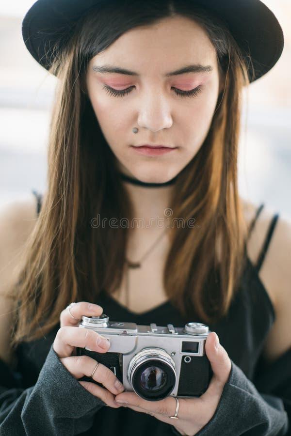 Arrangement de came de photo Belle caméra de photo de participation de jeune femme photo libre de droits