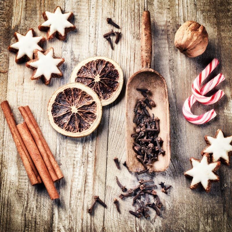 Arrangement de cuisson de vacances de Noël avec des biscuits de pain d'épice photographie stock libre de droits