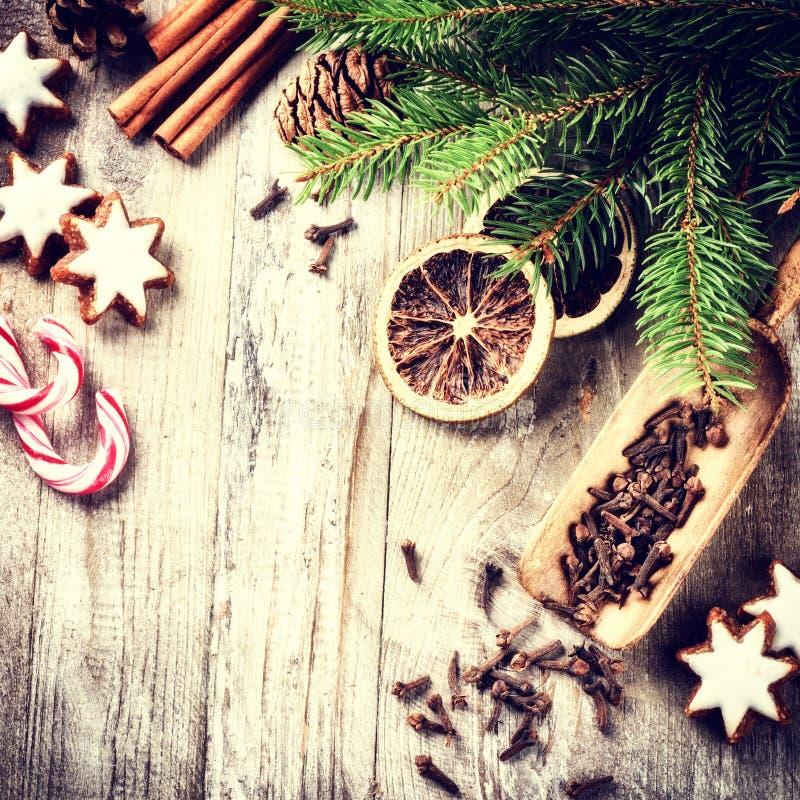 Arrangement de cuisson de vacances de Noël avec les biscuits de pain d'épice et le PS image libre de droits