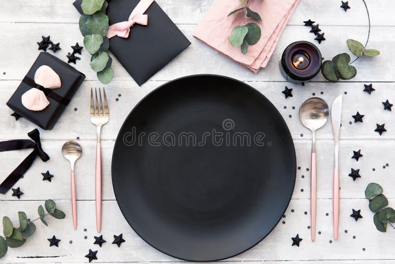 Arrangement de fête de table au style rustique de vintage avec les bougies et l'eucalyptus images stock