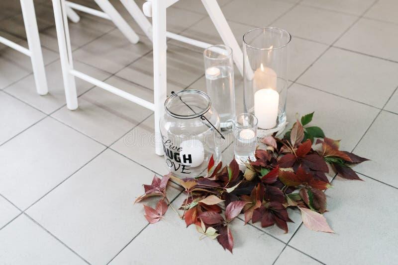 Arrangement de fête de table de mariage avec des fleurs, serviettes, couverts de vintage, détails lumineux de décor de table photo libre de droits