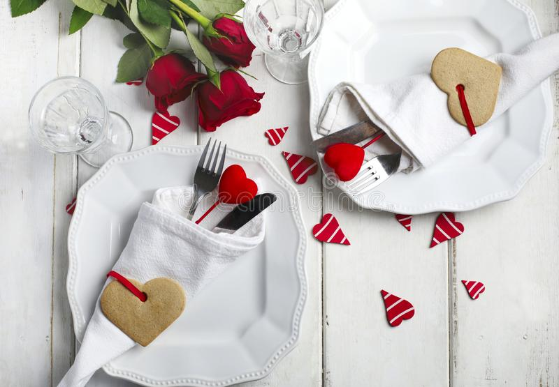 Arrangement de fête de table pour le jour du ` s de Valentine avec les couverts et le cadeau photographie stock