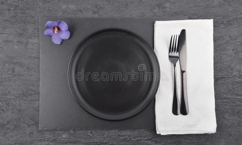 Arrangement de ketmie et de table sur l'ardoise photo stock