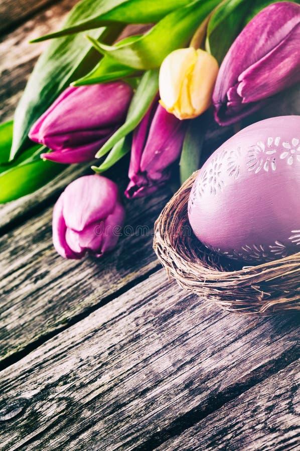Arrangement de Pâques avec des tulipes photo stock