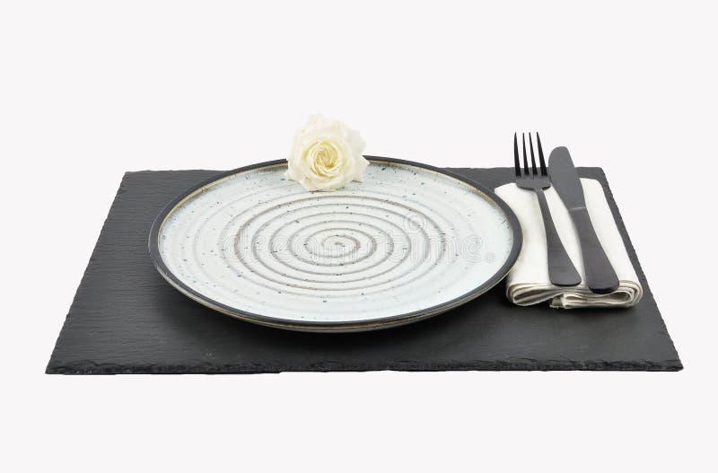 Arrangement de rose et de table de blanc sur l'ardoise d'isolement photo stock