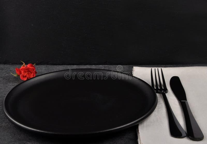 Arrangement de rose et de table de rouge sur l'ardoise images libres de droits