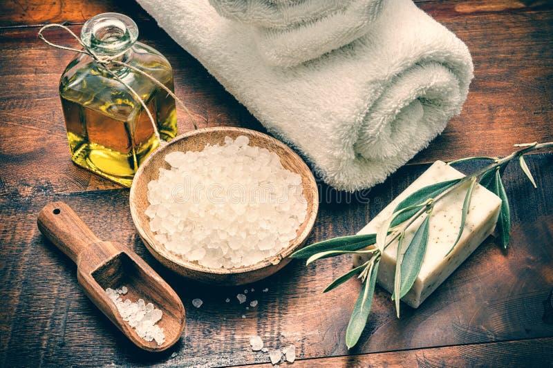 Arrangement de station thermale avec du savon et le sel olives naturels de mer images stock