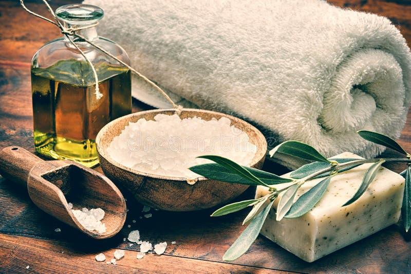 Arrangement de station thermale avec du savon olive naturel images stock