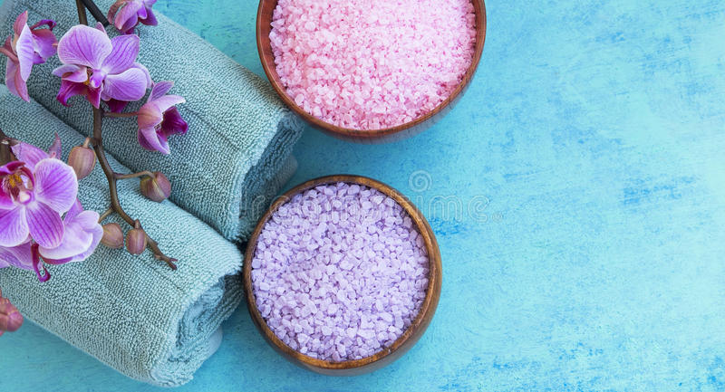 Arrangement de station thermale avec du sel de bain, l'orchidée et la vue supérieure de serviettes sur le painte image libre de droits
