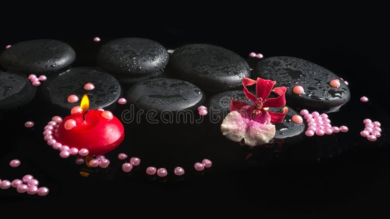 Arrangement de station thermale de fleur de cambria d'orchidée sur des pierres de zen avec des baisses photographie stock