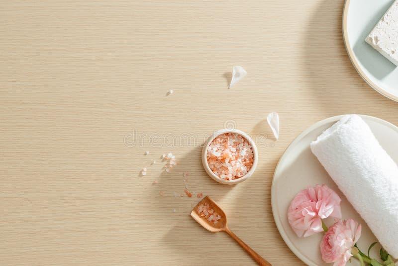 Arrangement de station thermale de sel, serviette, fleur de plat sur le fond en bois avec l'espace de copie d?tendez Fin vers le  image stock