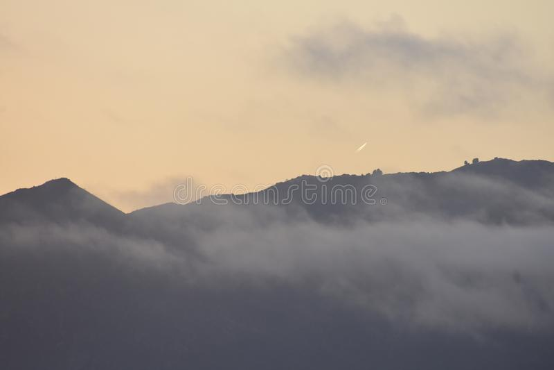 Arrangement de Sun avec le brouillard se levant et passant de comète photos stock