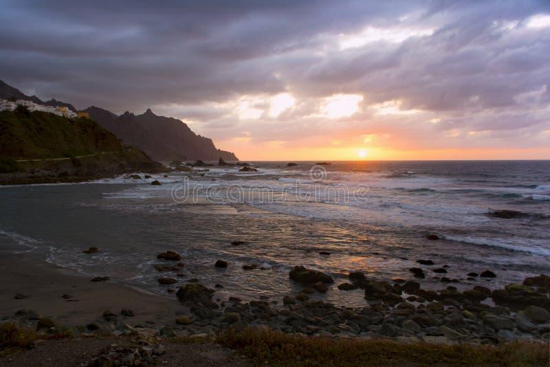 Arrangement de Sun dans l'Océan Atlantique Vue de Playa de Benijo, Teneri photos stock