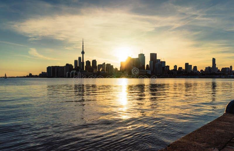 Arrangement de Sun derrière l'horizon du centre de la ville de Toronto image stock