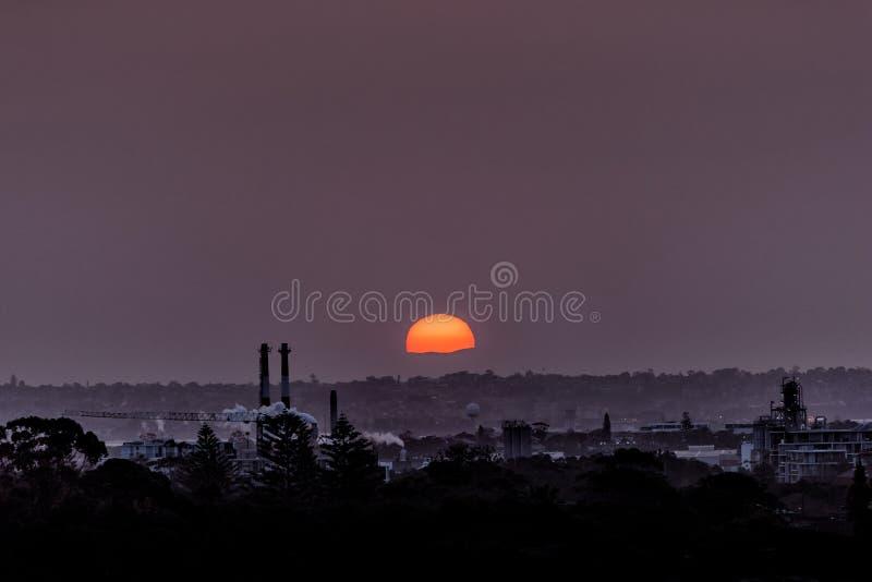 Arrangement de Sun derrière le paysage industriel photographie stock