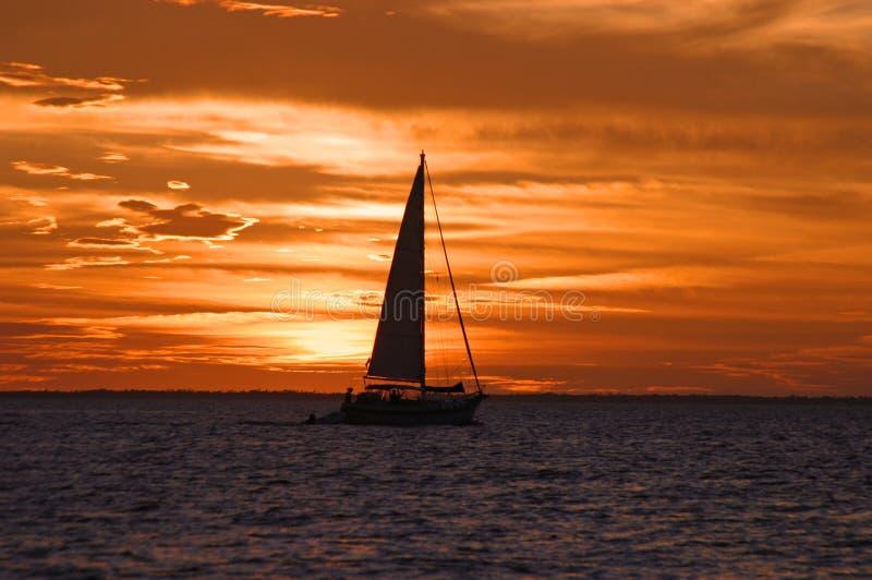 Arrangement de Sun derrière le voilier en Bahamas image stock