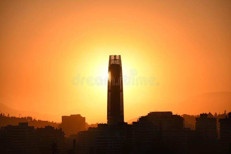 Arrangement de Sun derrière un gratte-ciel à Santiago photos stock