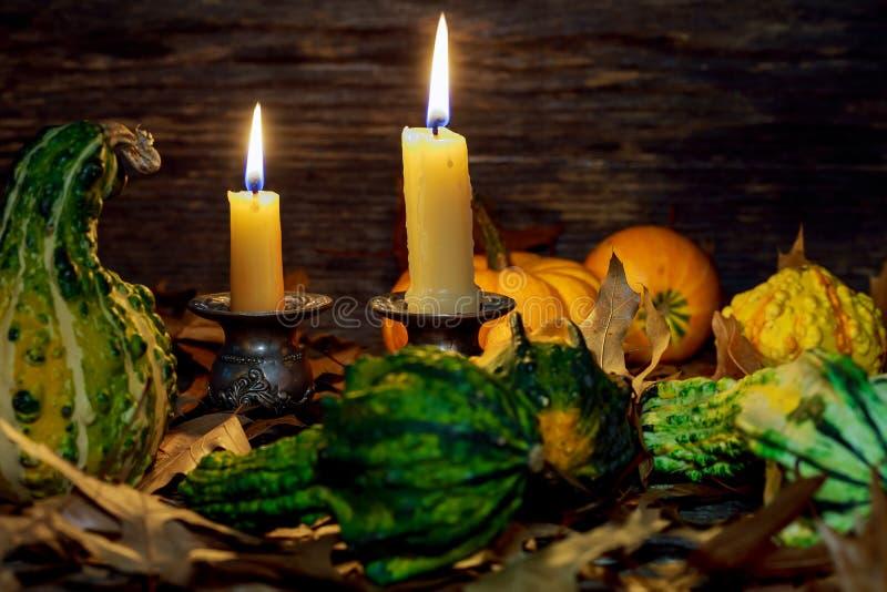 Arrangement de table d'automne avec les potirons et les bougies, décoration à la maison de chute pour de fête photographie stock libre de droits