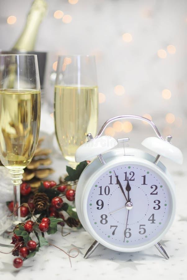 Arrangement de table de bonne année avec la rétro horloge blanche images stock