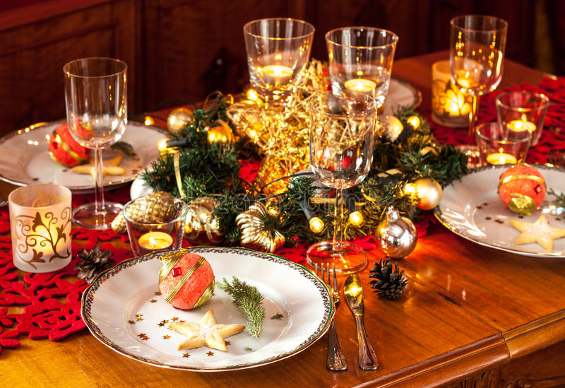 Arrangement de table de dîner de réveillon de Noël avec des décorations image libre de droits