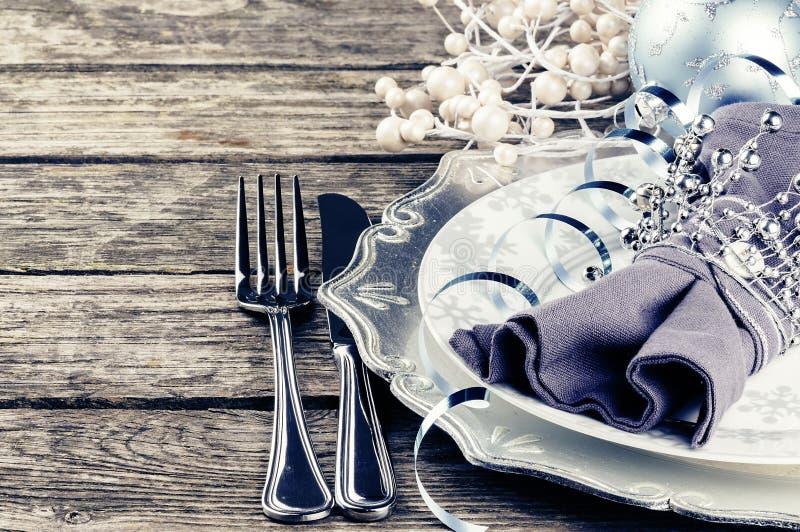 Arrangement de table de Noël dans le ton argenté photographie stock libre de droits