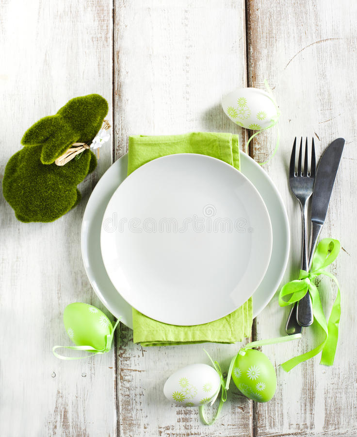 Arrangement de table de Pâques avec la décoration verte de lapin photographie stock libre de droits