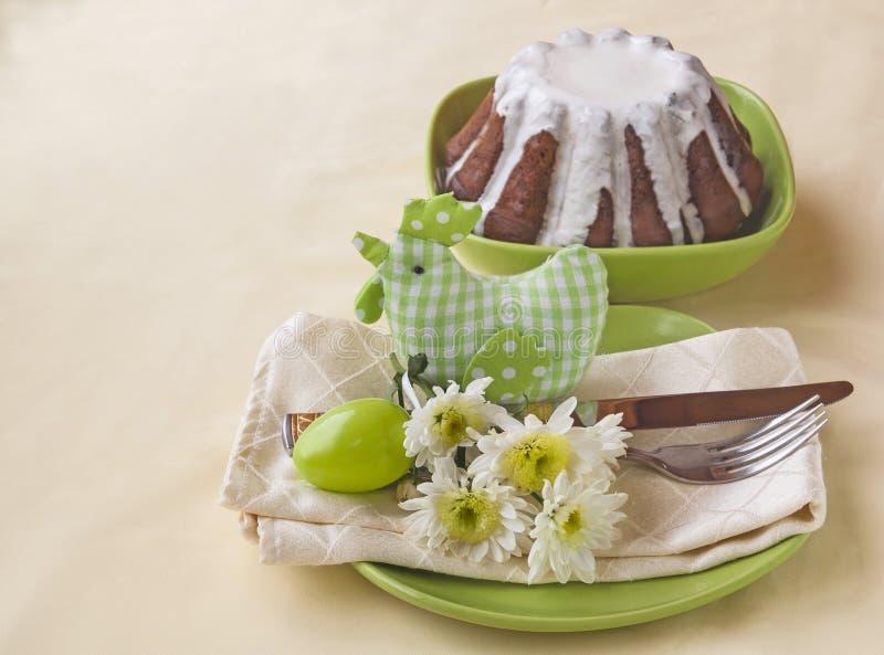 Arrangement de table de Pâques avec le poulet et les fleurs image stock