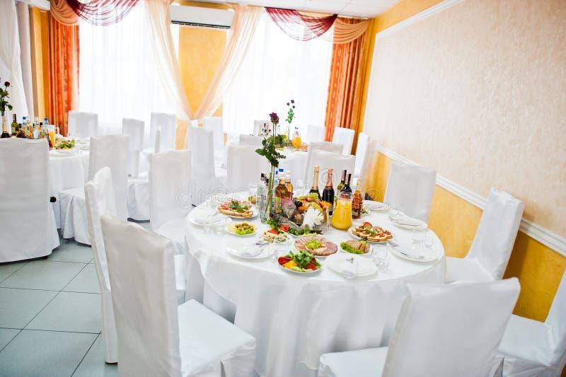 Arrangement de table de mariage dans le restaurant photo stock