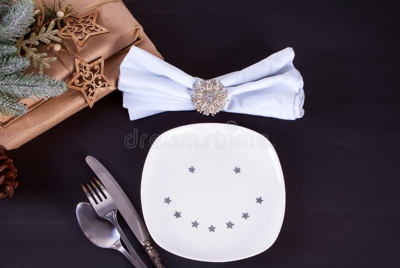 Arrangement de table de Noël avec des décorations de Noël avec le plat de sourire drôle Fond de Noël images libres de droits