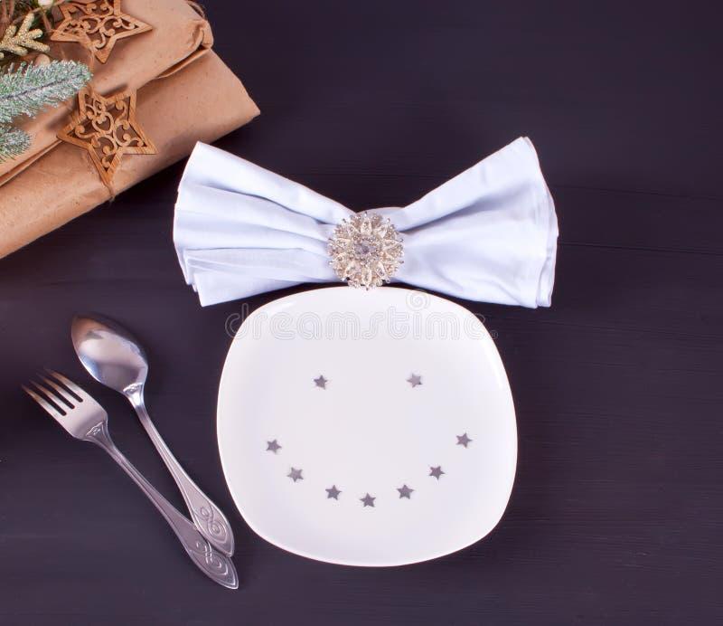 Arrangement de table de Noël avec des décorations de Noël avec le plat de sourire drôle Fond de Noël photo stock