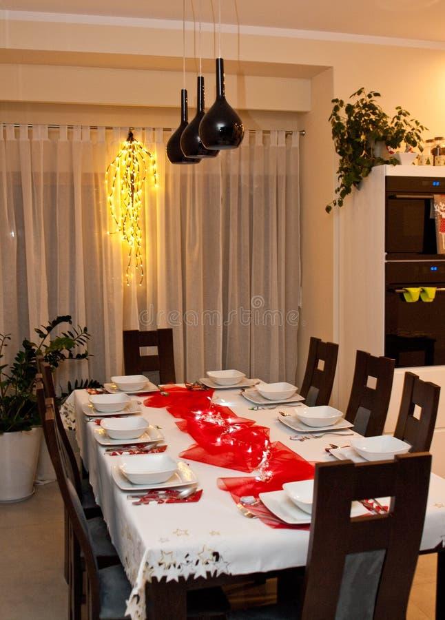 Arrangement de table de Noël avec les plats blancs et les décorations rouges images stock