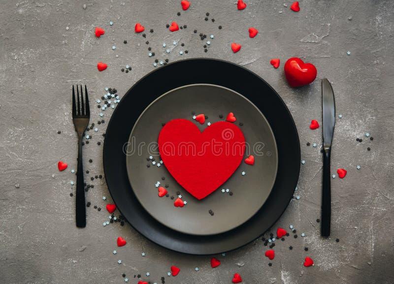 Arrangement de table de valentines de St avec les décorations de fête photographie stock libre de droits