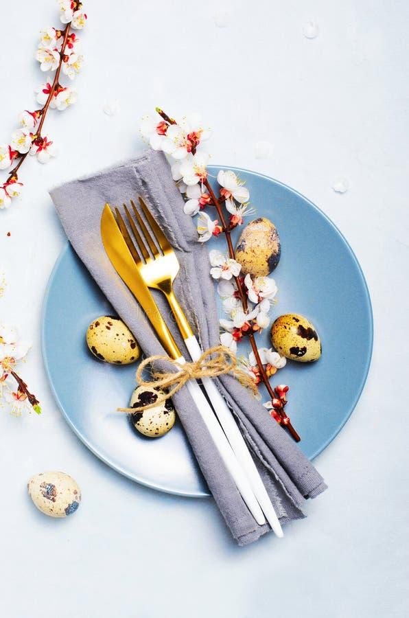 Arrangement de Tableau de P?ques avec des oeufs et des branches de caille dans la fleur, fond de vacances de ressort image libre de droits
