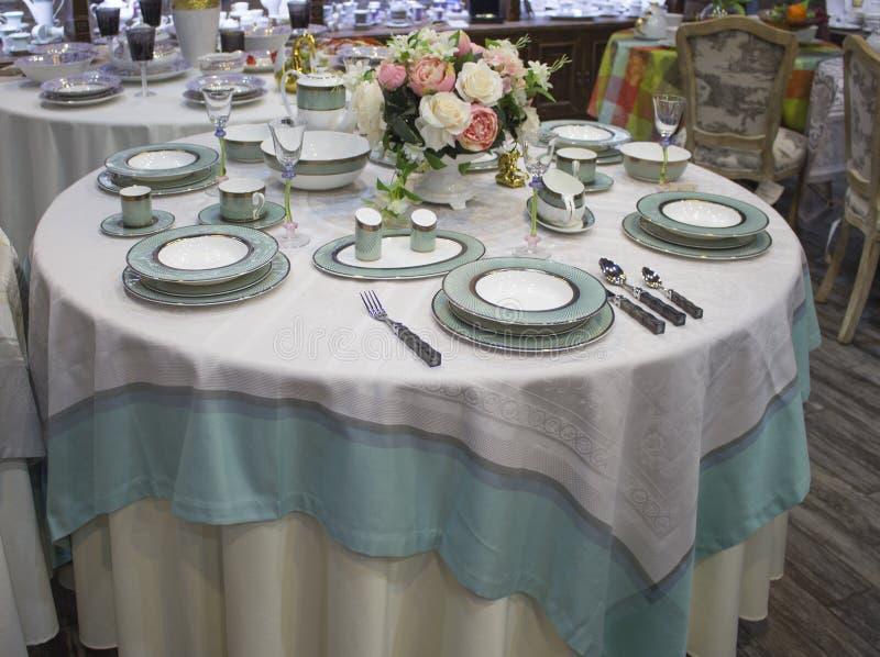 Arrangement de Tableau pour 6 personnes Dîner de bleu de turquoise sur une table ronde mise avec la nappe D images stock