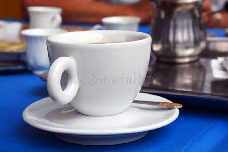 Arrangement des tasses de coffe photographie stock libre de droits
