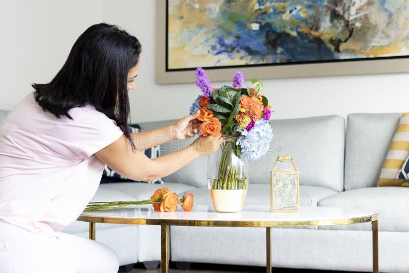 Arrangement floral coloré avec des hortensias et des roses image libre de droits