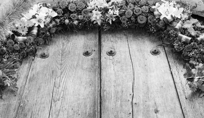 Arrangement floral sur noir et blanc en bois images stock