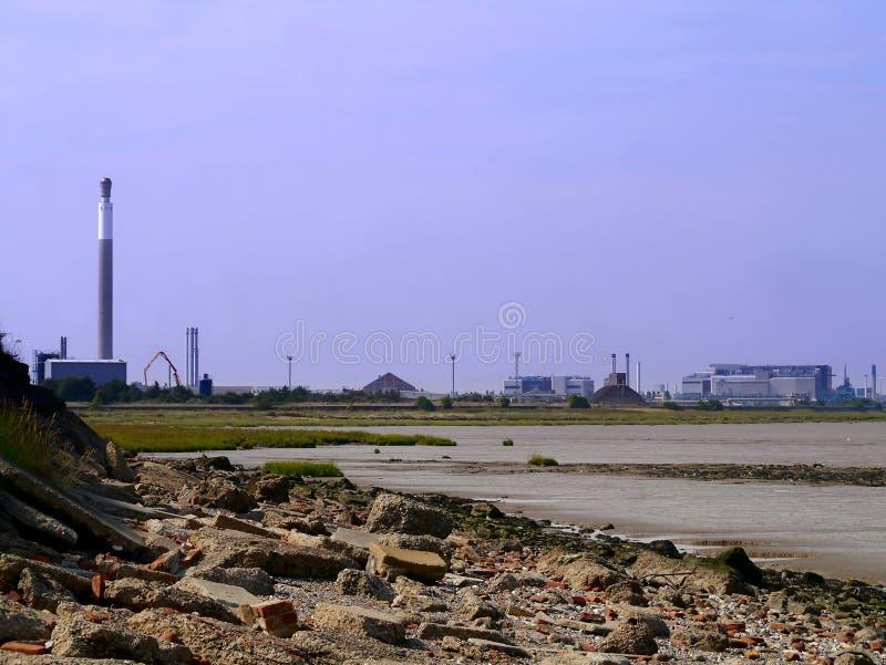 Arrangement industriel par le bord de la mer photographie stock libre de droits