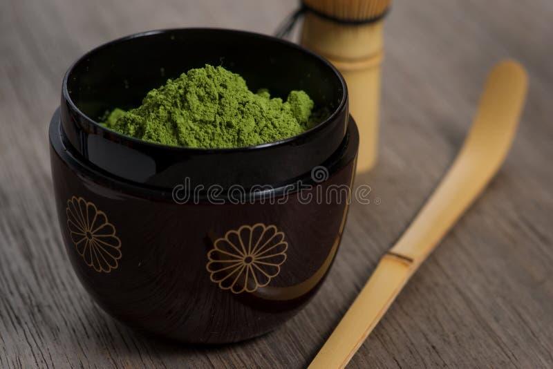 Arrangement japonais de cérémonie de thé sur le banc en bois. image libre de droits